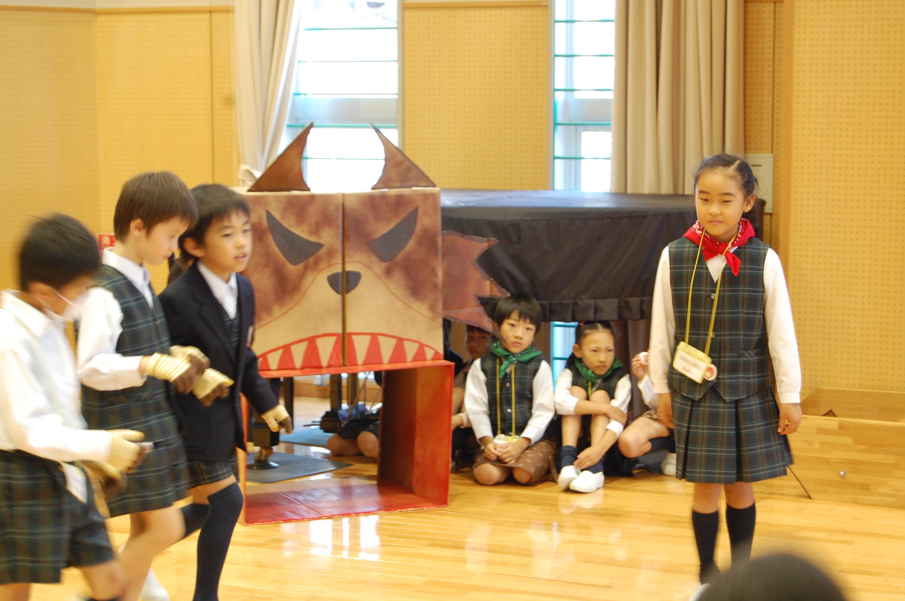 英語劇に取り組む2年生 : デイリースナップで見る学びのポイント - 岐阜聖徳学園大学附属小学校