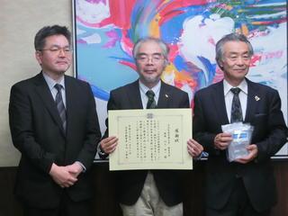 教育学部 川上紳一教授が「火山灰鉱物標本セット」を岐阜市内の中学校に寄贈
