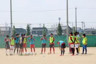 岐阜聖徳学園大学南グラウンドで高校生を対象にしたサッカー部の練習会を実施しました。