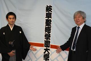 柳家花いち氏<平成16年度本学教育学部卒業生>の真打昇進に伴う「後ろ幕寄贈式」を実施しました